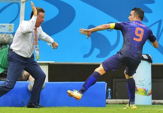 Louis van Gaal en Robin van Persie vieren de 1-1 tegen Spanje op het WK van 2014.