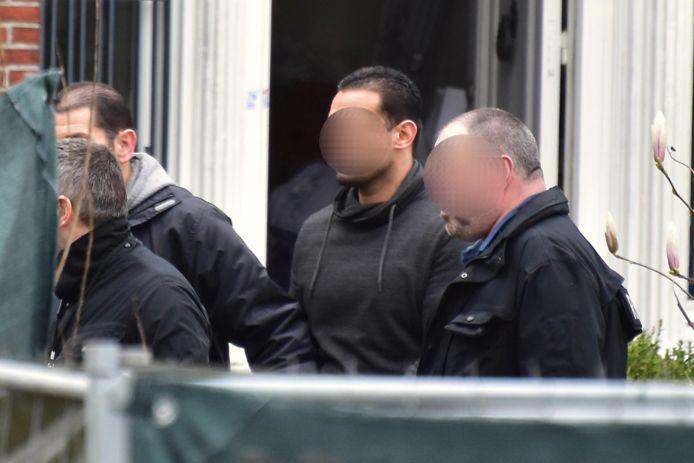 Verdachte Imraan A. (midden), begeleid door rechercheurs van de politiezone Midow, verlaat de villa in Wielsbeke waar de feiten zich afspeelden, na een reconstructie.