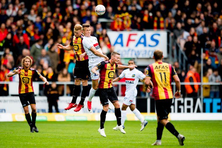 Westerlo-spits Jens Naessens in een luchtduel met Jules Van Cleemput.