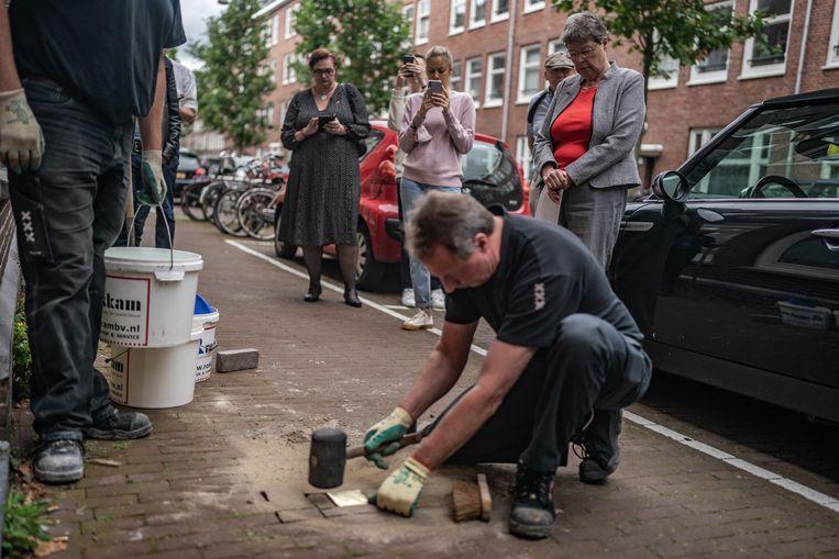 Dinsdag werd in de Rombout Hogerbeetsstraat een Stolperstein gelegd voor de homoseksuele verzetsman Karel Pekelharing. Beeld Joris van Gennip