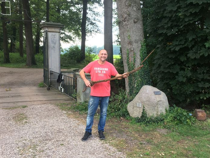 Eigenaar Roy in 't Veld van Havezate Het Everloo met de gevonden Musket.