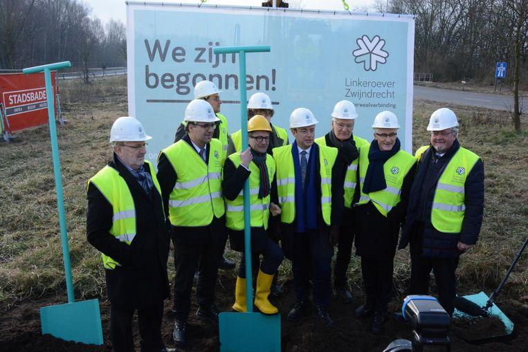 De symbolische eerste spade wordt in de grond gestoken en die eer valt te beurt aan onder meer minister Ben Weyts, burgemeester Bart De Wever en minister-president Geert Bourgeois.