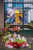 Voor de ambassade zijn bloemen en kaarsen neergelegd
