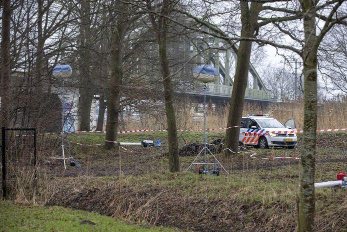 Een beeld van het politie-onderzoek nabij de plek waar Lotte is gevonden.