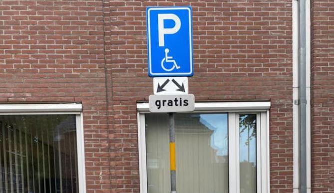 De gemeente Oisterwijk verplaatste dit bord bij een invalidenparkeerplaats naast het eigen kantoor, op de hoek van De Lind en de De Balbian Versterlaan.