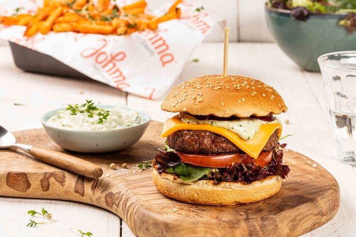 Hamburger met Twents kruidentuintjesalade.