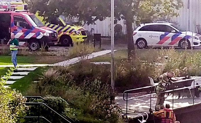 Hulpdiensten zijn uitgerukt voor een persoon te water in Gorinchem.