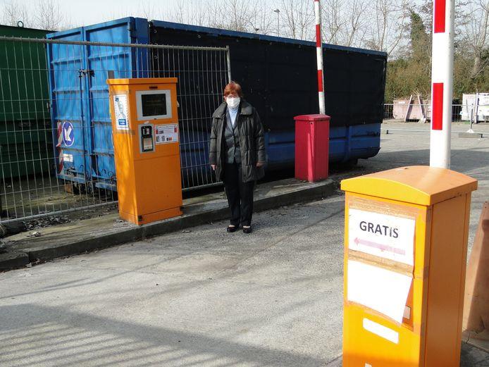 Schepen van Milieu en Afvalbeleid Greta Cochez (LVB) aan de ingang van het recyclagepark.