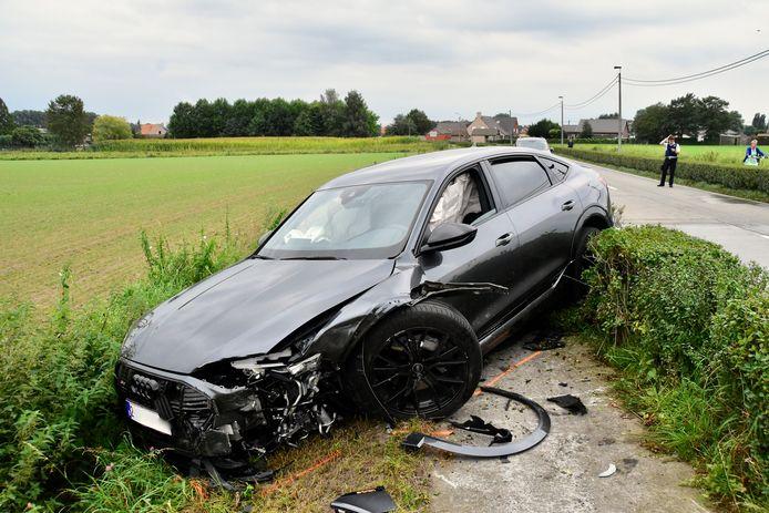 De Audi wipte over de haag tussen rijweg en fietspad en bleef daar steken.