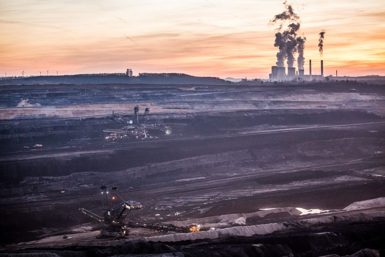 Kolencentrale in de buurt van Inden, Duitsland. Steenkoolgebruik wordt snel afgebouwd in de energiesector.  Beeld Getty Images