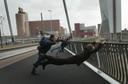 Zelfs als de weergoden los gaan op de brug, is het nog lachen geblazen. Hier 'wapperen' wat jongeren in de wind tijdens een hevige storm in 2002.