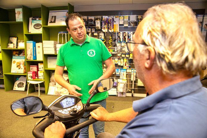 Rob Smits in zijn nieuwe winkel in Deurne met hulpmiddelen voor ouderen.