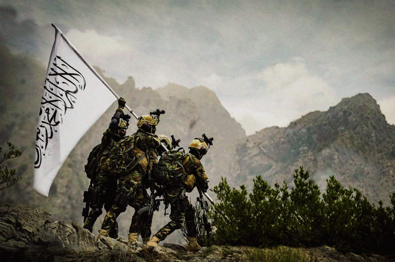 Leden van Talibankeurtroepen in Amerikaanse uitrusting imiteren een beroemd beeld uit de Tweede Wereldoorlog waarop Amerikanen hun vlag planten op het Japanse eiland Iwo Jima. Op de foto hierboven is de Talibanvlag te zien. Beeld Brunopress
