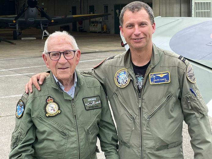 Le pilote de Spitfire Ralph Aarts est impressionné lorsqu'il survole avec Hendrikx l'endroit où il a été abattu pendant 76 ans.
