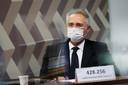 De Braziliaanse senator Renan Calheiros had tijdens een meeting een bordje voor zich staan met het aantal coronadoden erop.