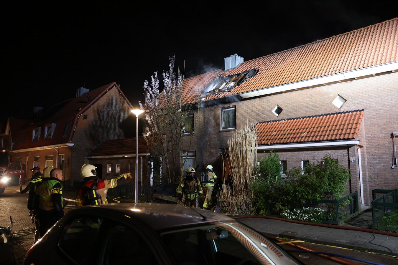 Bij de uitslaande woningbrand aan De Keijzerstraat in Zwolle liep het dak forse schade op.
