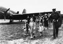 Terwijl Prins Bernhard in de weer is met zijn camera, verlaten de prinsessen de landingsbaan.