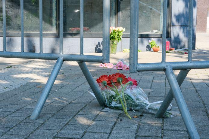 Op de plaats delict werden in de dagen na de moord bloemen neergelegd.