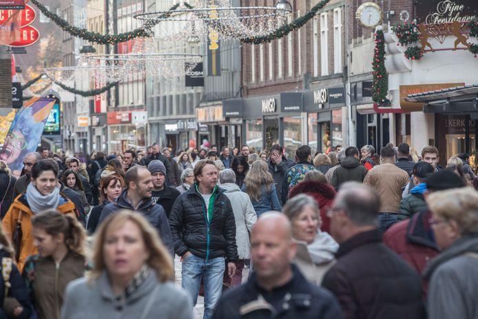 Eindhoven - winkelende mensen in binnenstad