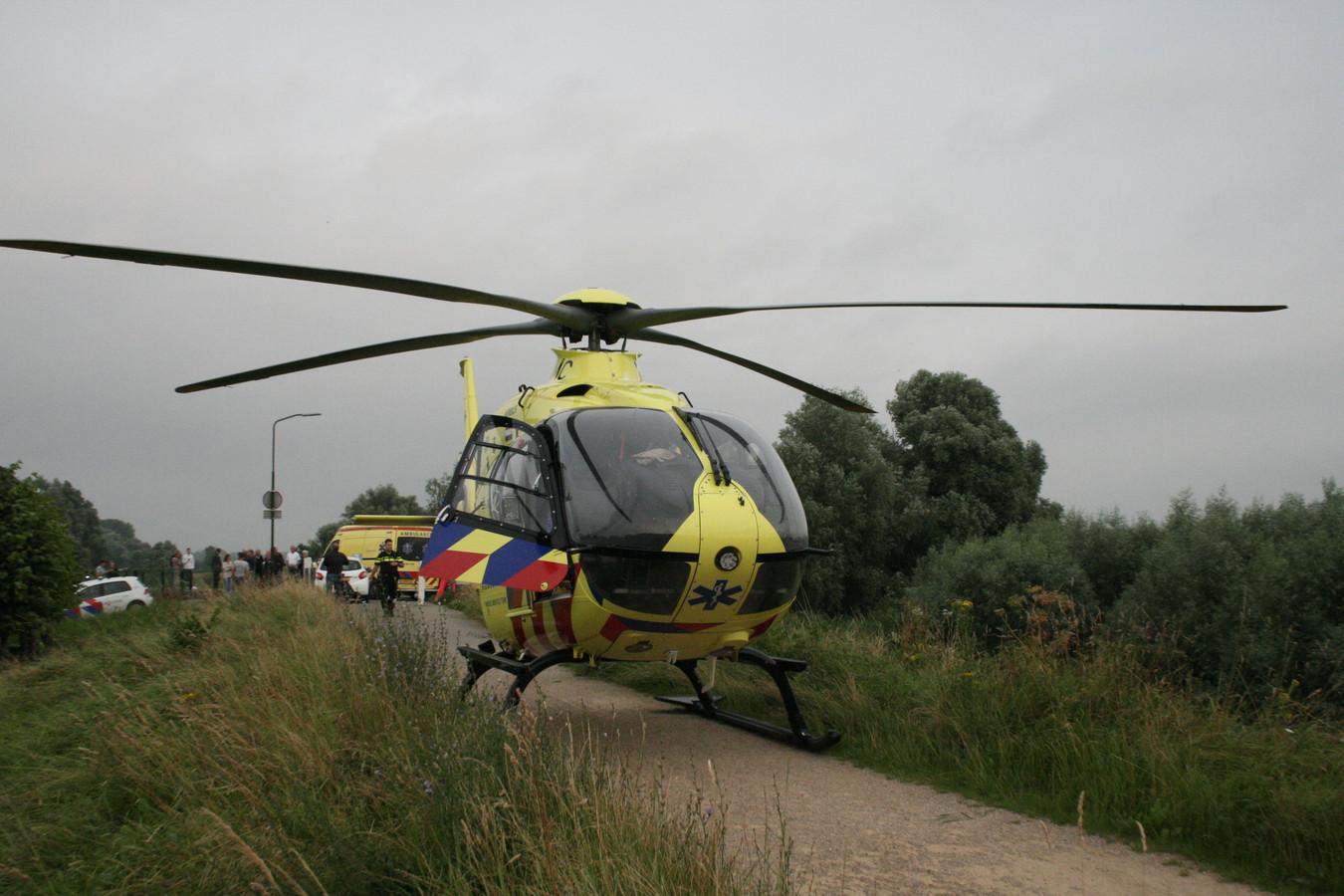 De traumaheli landde vlakbij het incident aan de Waalbandijk in Neerijnen.