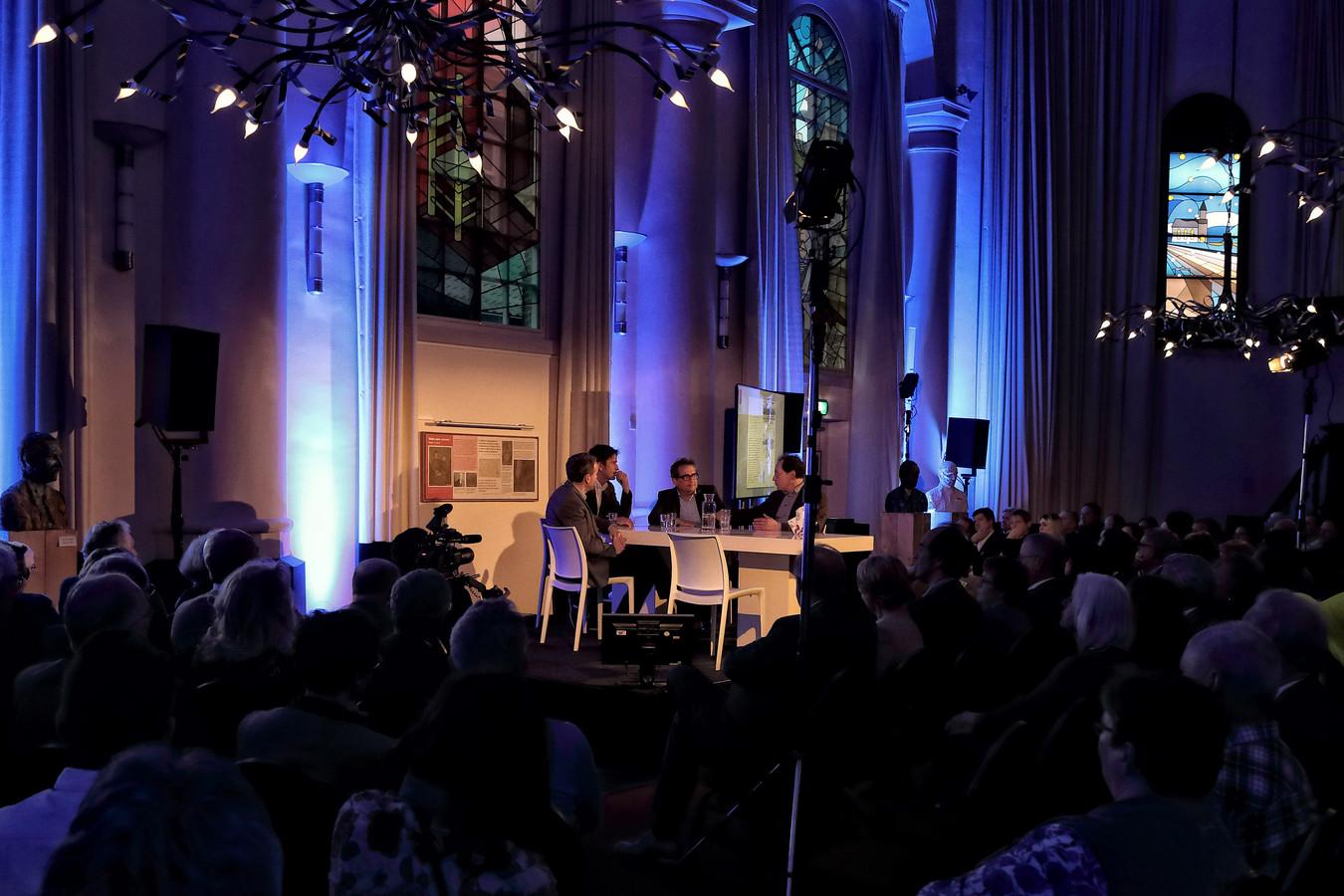 Foto uit 2018, met aan tafel onder meer presentator Cornald Maas en Brabants cultuurkenner Gerard Rooijakkers.