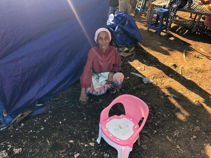 Inwoners van het dorp Liang bivakkeren in geïmproviseerde tenten in de bergen op Ambon.