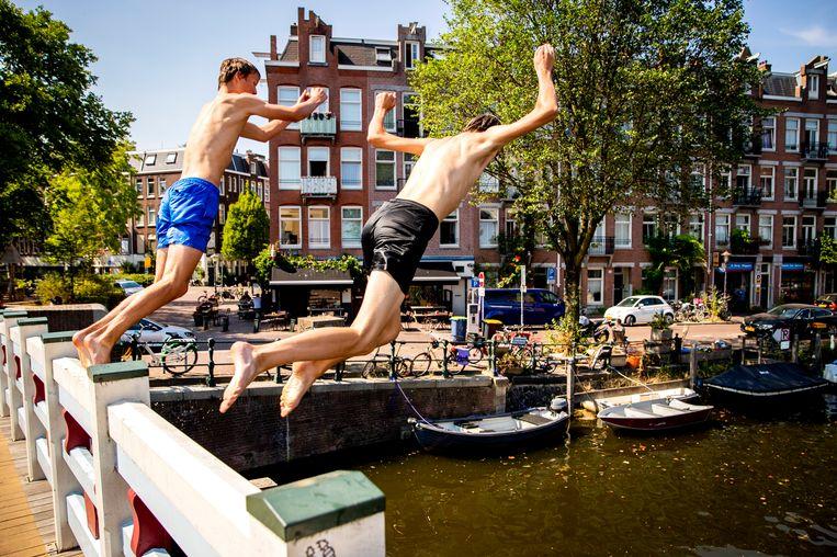 Jongens springen in de Kattensloot in Amsterdam op een bloedhete dag in juli. Beeld Hollandse Hoogte /  ANP