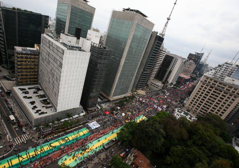 In São Paulo stroomde de Avenida Paulista, een van de belangrijkste verkeersaders in het centrum en een traditionele plaats voor demonstraties, vol met anti-Bolsonarobetogers. Beeld Getty Images