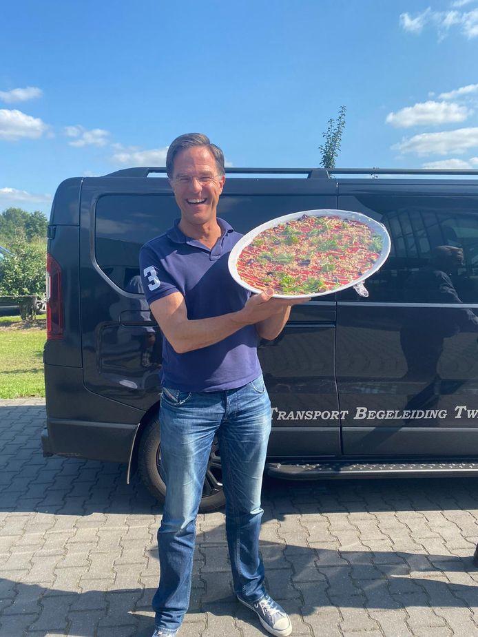 Mark Rutte at dondedagmiddag bij bistro De Kruidentuin. Ook kreeg hij er een Carpaccio XXL mee.