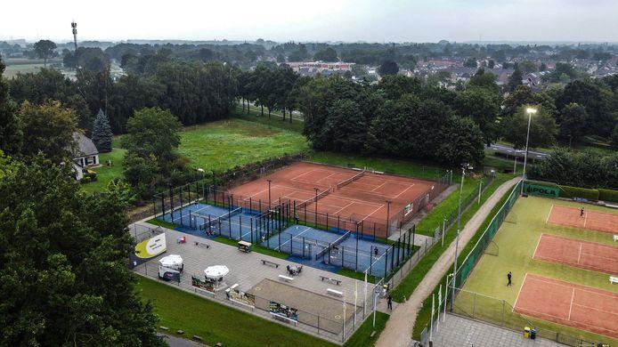 De accommodatie van Tennisvereniging Didam vanuit de lucht, met onder meer de twee blauwe padelbanen.