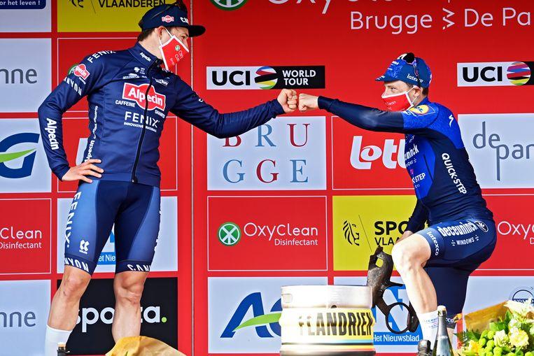 Jasper Philipsen (tweede, links) geeft een vuistje aan winnaar Bennett op het podium. Beeld Photo News