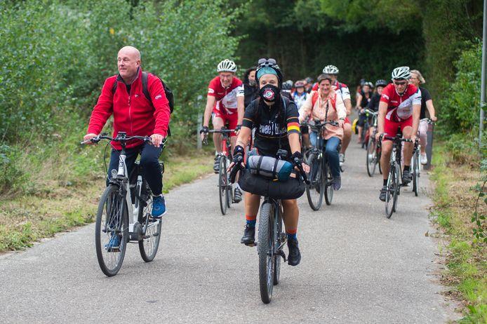 Anneke zal 14 dagen lang fietsen ten voordele van de vzw.