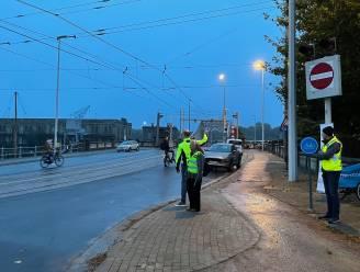 """Fietseling voert in volle ochtendspits actie voor veiligere Demeybruggen: """"Heel 'onleesbare' verkeerssituatie"""""""
