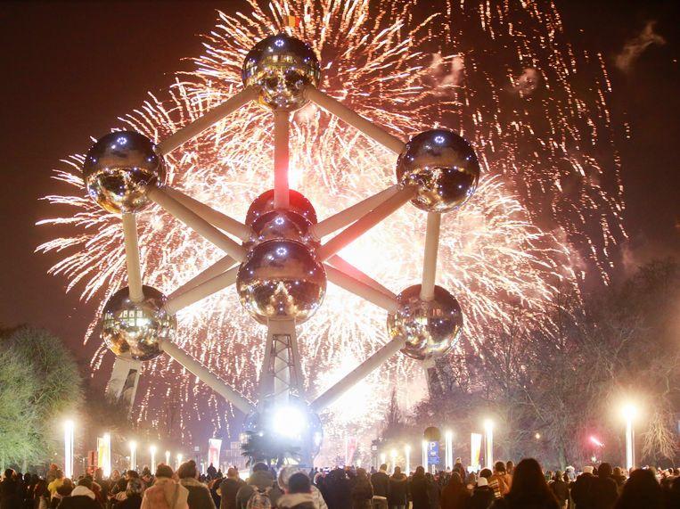 Vuurwerk aan het Atomium leidt het nieuwe jaar 2018 in. Beeld EPA