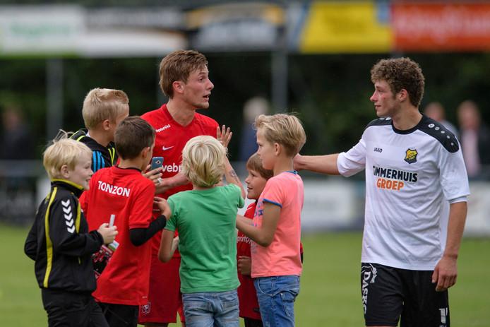 Fans willen na afloop van Twenterand - FC Twente een selfie met Hidde ter Avest. Rechts Roy Zorgdrager van het team uit Twenterand. Foto: Lars Smook