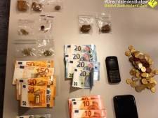 Aangehouden Alblasserdammer (17) verstopt zakjes drugs, telefoon en contant geld