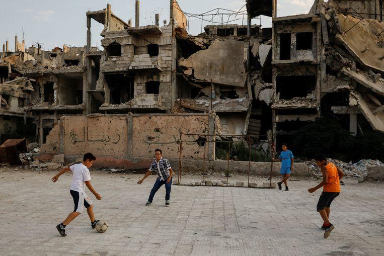 Kinderen in een deel van Homs dat in handen is van het regime in september 2018. Beeld REUTERS