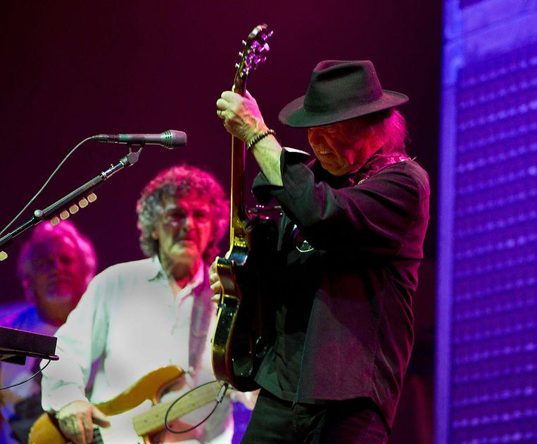 2013-06-05 AMSTERDAM - De Amerikaanse singer-songwriter Neil Young (R) tijdens zijn optreden met de band Crazy Horse in een uitverkochte Ziggo Dome. ANP KIPPA PAUL BERGEN Beeld ANP Kippa