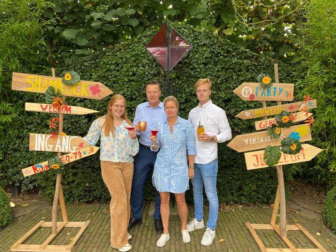 Annelies Vlaeminck en Jochen Heytens van hotel-restaurant Shamrock, samen met hun kinderen Renée en Nicolas