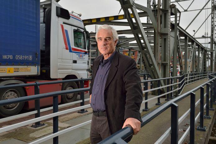 Michiel Gerritsen, voorzitter van de Stichting Belangenbehartiging Greenport Boskoop, op de Boskoopse hefbrug.