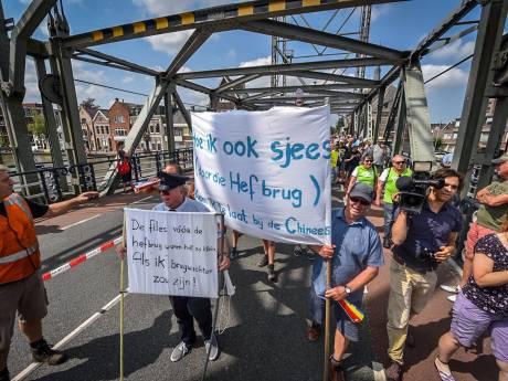 Spandoeken bij protest op hefbrug in Boskoop
