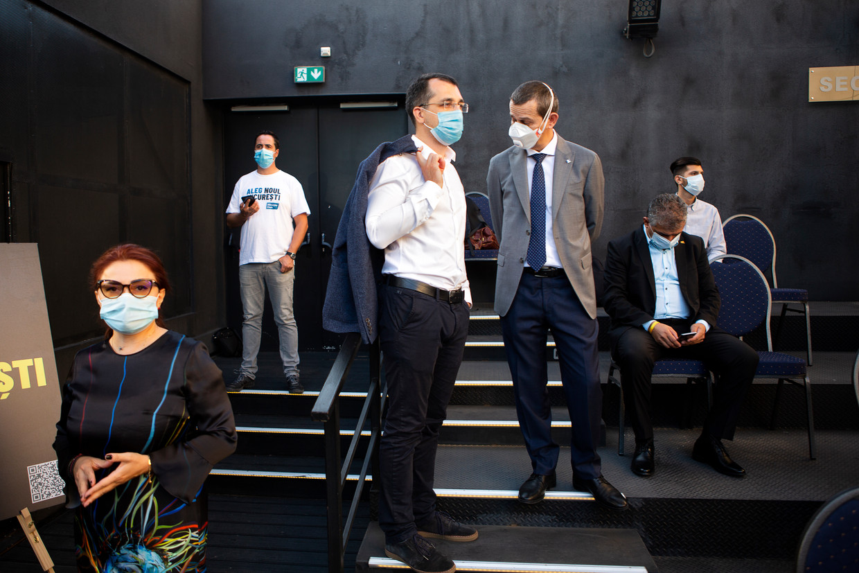 Vlad Voiculescu (m.) wil in de verkiezingen op zondag viceburgemeester in Boekarest worden. 'Ik wil de ziekenhuizen de 21ste eeuw binnenloodsen.'  Beeld Julius Schrank / de Volkskrant