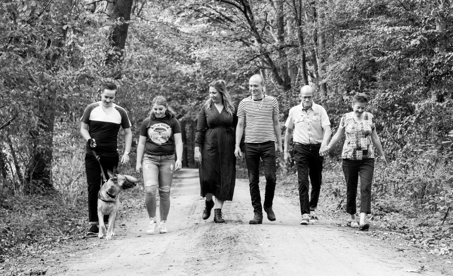 De familie Klein Goldewijk aan de wandel in het buitengebied van Ruurlo.