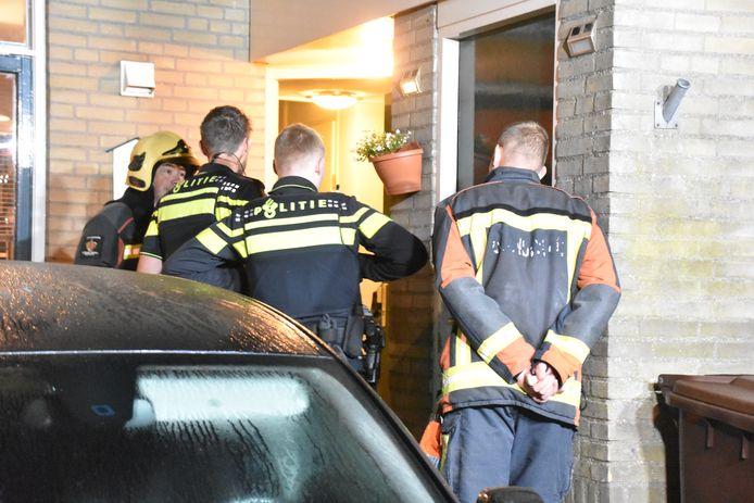 Bewoners van een woning aan de Maatschouw in Boskoop werden in de nacht van dinsdag op woensdag wakker van een brand bij hun voordeur. Zij wisten de brand zelf te doven.