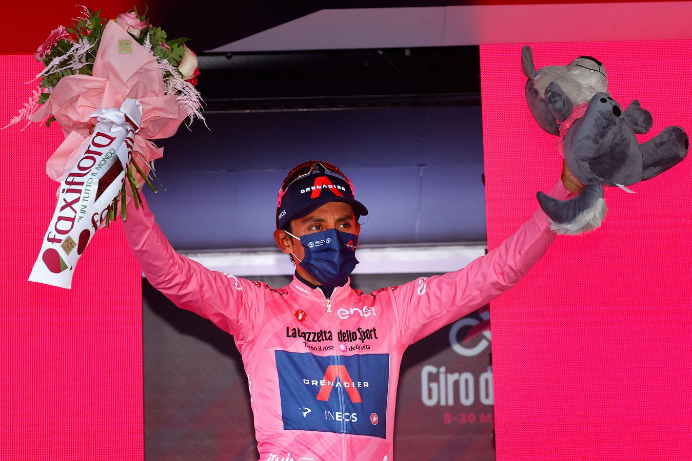 Bernal op het podium in de roze leiderstrui.