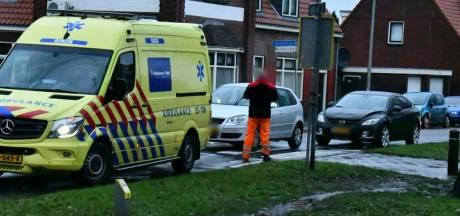 Auto's botsen tegen elkaar op zebrapad in Enschede