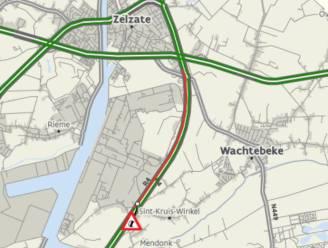 Botsing tussen twee vrachtwagens op de R4 in Sint-Kruis-Winkel, file tot in Zelzate