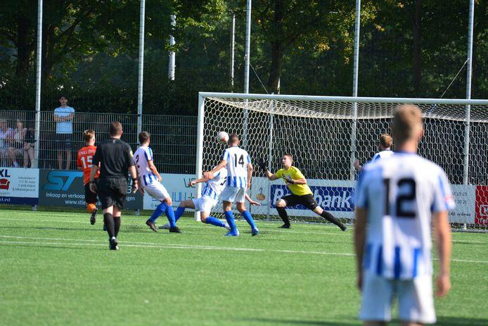 Daan van Gansewinkel (15) schiet NWC op een 2-0 voorsprong in de Kanaalderby tegen Someren.