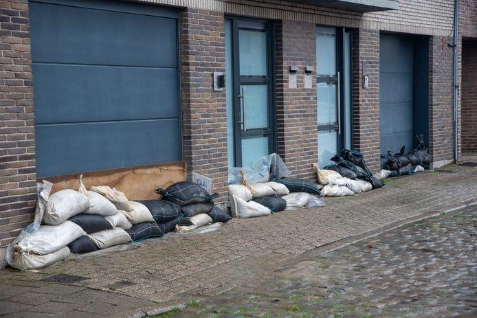 De brandweer plaatste vrijdagavond zandzakken om de huizen in Wichelen te vrijwaren.