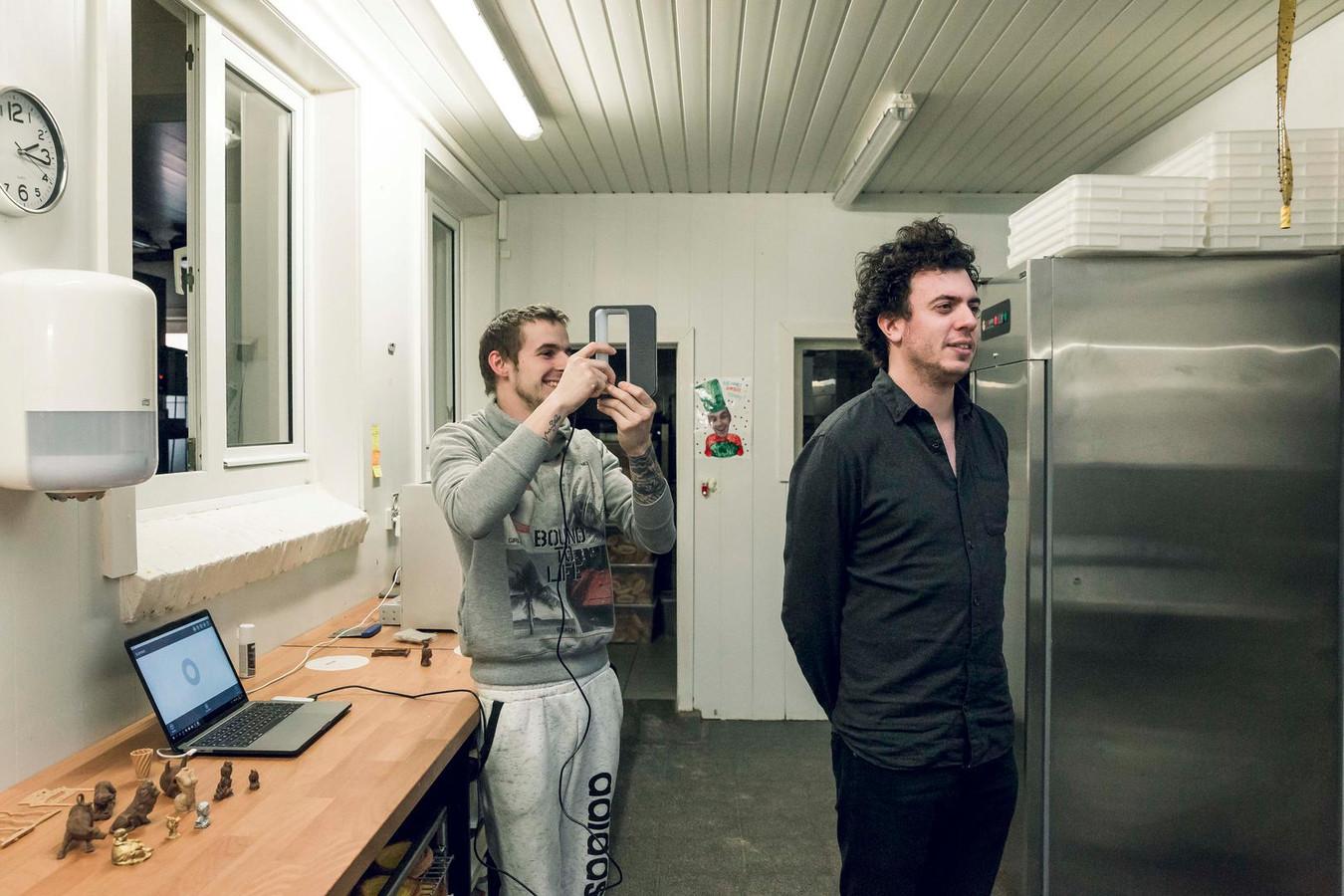 In zijn atelier neemt bakker Kenny Van Hoesen een scan van onze reporter.